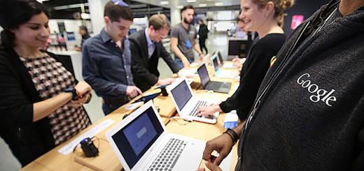 Visitantes probando algunos de los dispositivos que se pueden encontrar en la nueva Google Shop