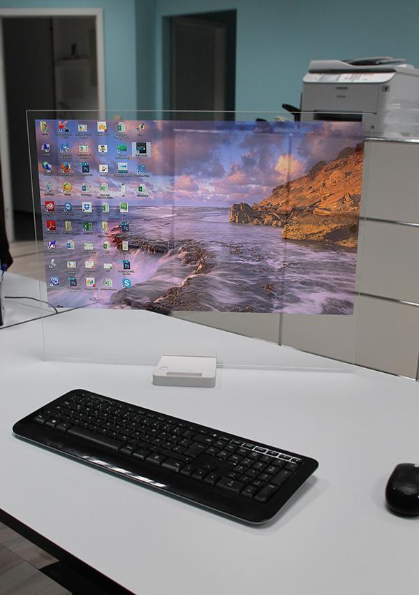 HTD-01 está formado por una pantalla que desaparece al apagarla y una pequeña base a la que podremos conectar nuestros periféricos