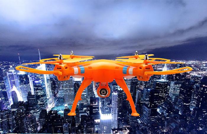 Aquí podemos ver a nuestro portagonista vestido con los colores de la naranja mecánica.