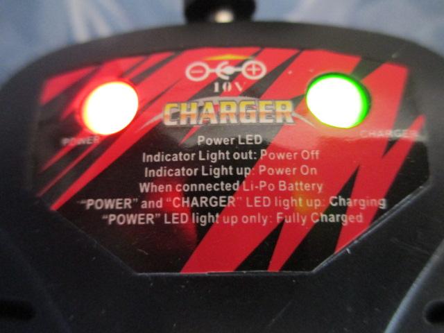 Detalle y leyenda de iluminación del cargador incluído con el Syma X8C.