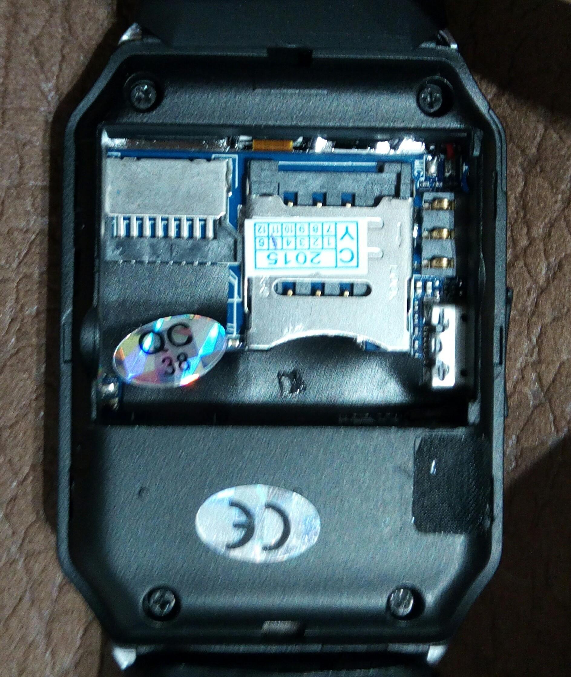 b001b528aad Parte interna trasera del smartwatch DZ09 al descubierto cuando quitamos su  batería.