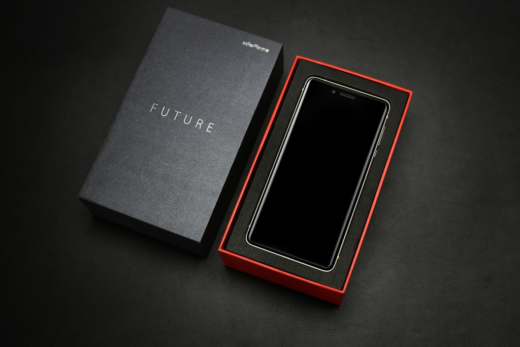 El Ulefone Future cuenta con dos packs, uno con 6 accesorios y otro con solo el cable USB.