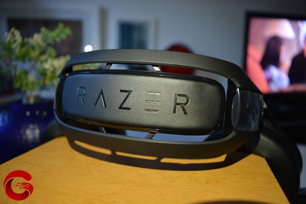 En la diadema del headset Razer ManO'War encontramos una adorno de cuero con el nombre de la marca.