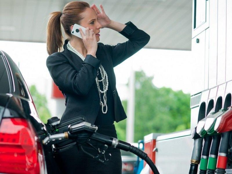 utilizar el móvil en una gasolinera