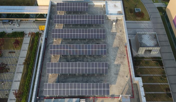 Paneles solares en la azotea en el sitio del Instituto Avanzado de Tecnología de Samsung