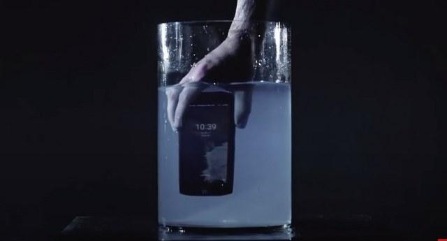 Croscall recomienda móviles resistentes al agua y jabón