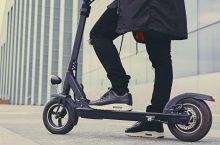 La DGT continua regulando el uso de patinetes eléctricos, multas por mirar el móvil